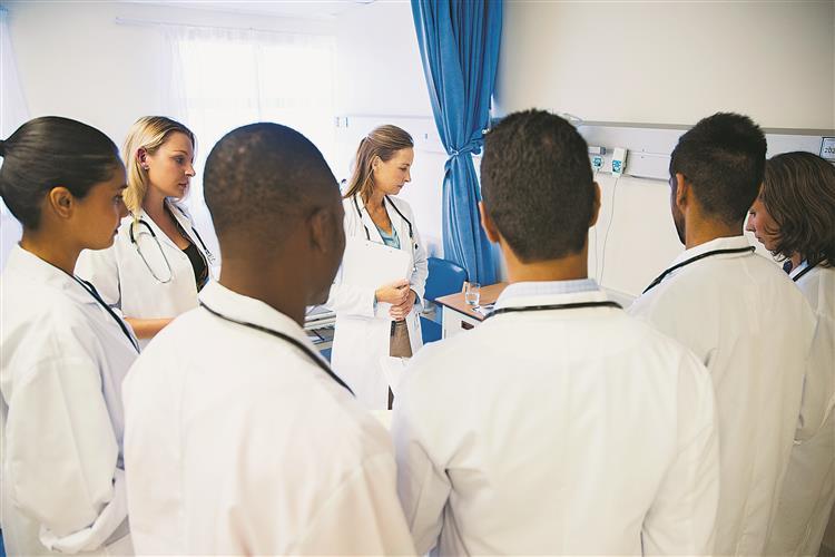 Estágios dos médicos: lei alterada para haver vagas