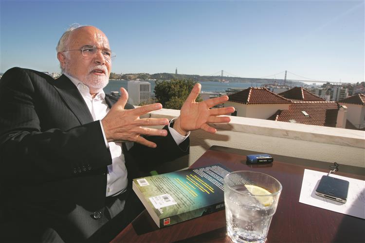 José Magalhães: PS deve 'ter conversa com PCP'