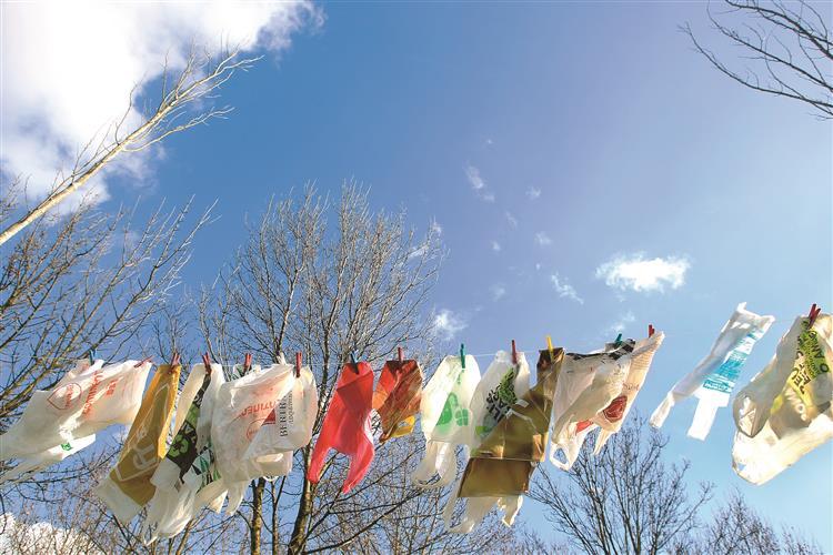 Consumo de sacos plásticos leves caiu 98%