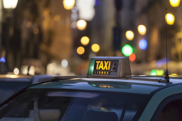 Aeroporto da Portela sem táxis