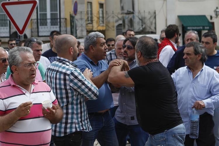Taxistas ameaçam não abandonar o Parlamento até serem recebidos pelo Governo