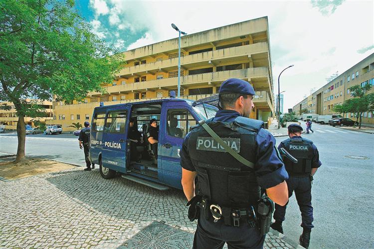 Polícia de elite em edifícios degradados